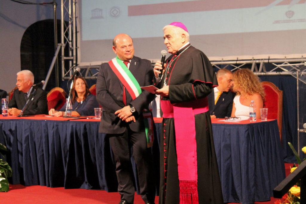 IL saluto  all'Arcivescovo uscente Padre Paolo Atzei